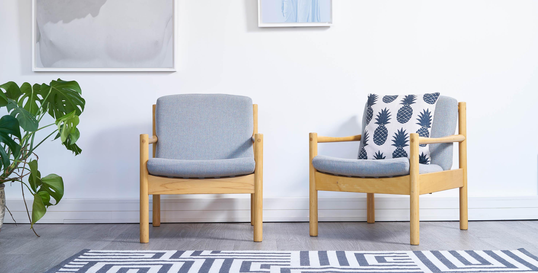 fauteuil ercol vintage, paire de fauteuils scandinaves vintage, fauteuil bleu vintage, fauteuil bois blond vintage
